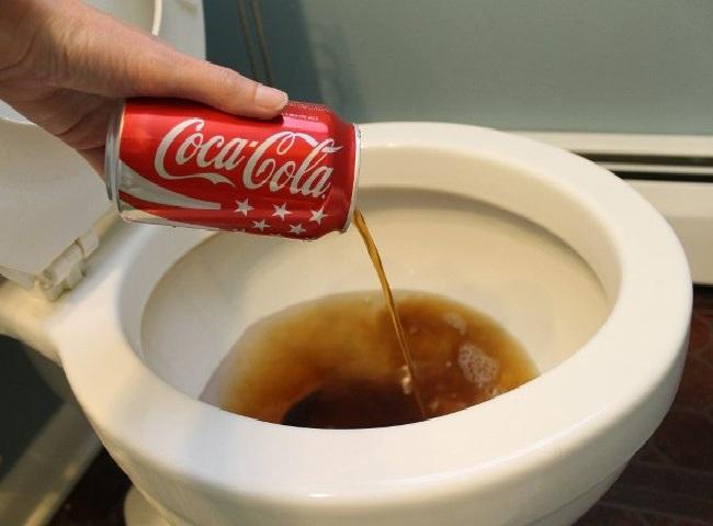 Xử lý bồn cầu bị đầy hơi bằng Coca Cola
