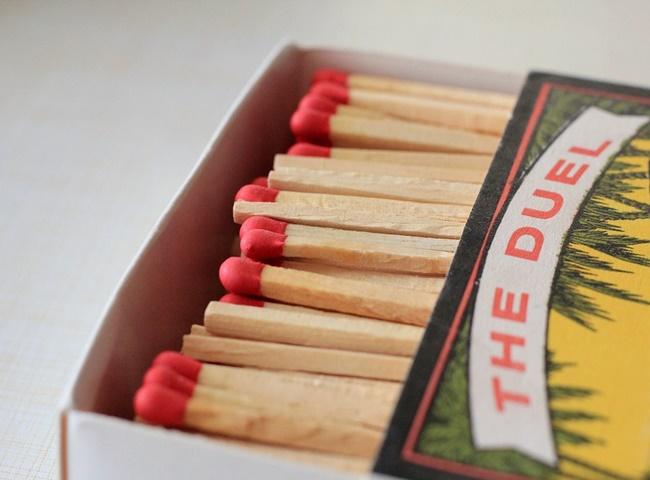 Xử lý bồn cầu bốc mùi hôi mỗi lần xả bằng diêm hoắc đốt giấy báo