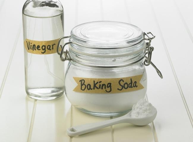 Xử lý bồn cầu bốc mùi hôi mỗi lần xả bằng baking soda và giấm